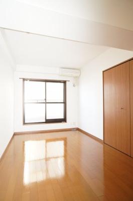 【東側洋室6.9帖】 ルーフバルコニーに面するこの部屋は 在宅勤務の書斎としても、 趣味やくつろぎのスペースとして。 家族と一緒に楽しい時間を過ごす中にも、 一人でくつろげる時間と場所は特別です。