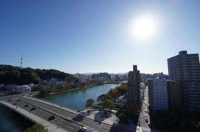 都会に居ながら、京橋川の四季折々の表情が見られたり、 平和大通りを白神神社方面を見れば、広島のシティービューが広がる。 こんなに贅沢な眺望の物件は数少ないと思います。