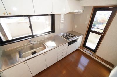 【設備や明るさがポイント!】 キッチン前面には明るさを保つ窓付き。 更に、その前はカウッター付きのバルコニー! 収納力も豊富で、実際に作業する面も広々! そして、換気性、採光性を高める勝手口を設置。