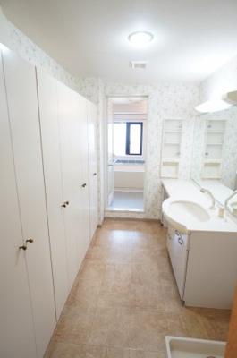 【収納力がポイント!】 衛生的な雰囲気の広々パウダールーム。 1面鏡タイプの洗面化粧台はボウル下等の 収納スペースも充実。 壁面は一面収納スペース! 整理整頓しやすいのが特徴です。