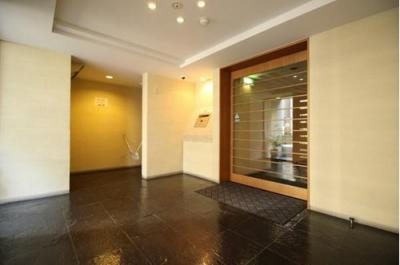 1階はエントランス、住人の暮らしを守るオートロック式です。