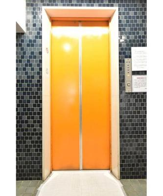 オレンジ色がレトロな印象のエレベーターです。