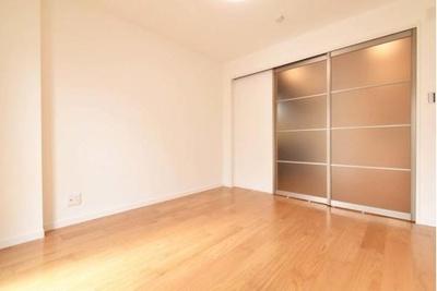 リビングに隣接した洋室はガラス戸で仕切り、明かりを隣室へ取り込みます。