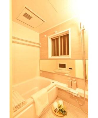 窓付き浴室は明るく換気も十分。浴室乾燥機備え付けです。
