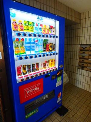 ネクスト倉田(岡山市中区倉田)RC賃貸マンション エントランスに自動販売機がああるので便利☆