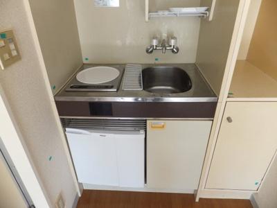 室内洗濯機置き場あります。同じフロアにコインランドリーもあります。
