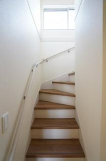玄関から直接行ける階段はキッチンの横にあり、引き戸を開ければすぐに家族の様子が分かりますよ。手すりが設置されて安心ですね。