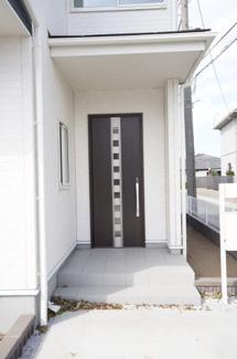 おしゃれな玄関ドアのあるエントランスです。TVモニターホンがあり防犯性がありますよ。