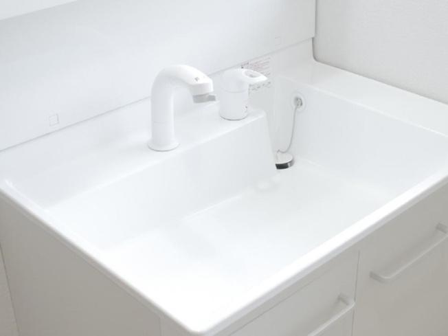 新品交換する洗面化粧台の水栓は、お湯と水をきちんと使い分けられるエコな仕様です。お湯のムダづかいを防ぐので、ガス代も節約。家計に優しい設計です。