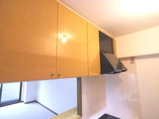 キッチンの吊戸棚は低く使いやすいです