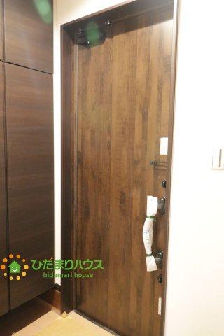 高級感のある木目調の玄関ドアがリビングをぐっとおしゃれにしてくれます。
