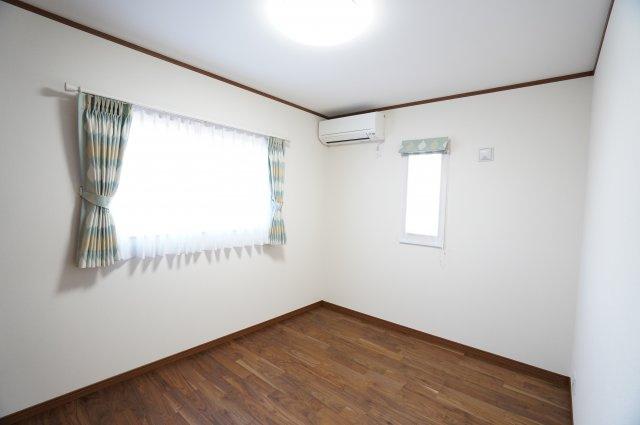 6.5帖  窓が2面ありますので、気持ちのよい風が入ってきそうなお部屋です。換気も十分にできます。