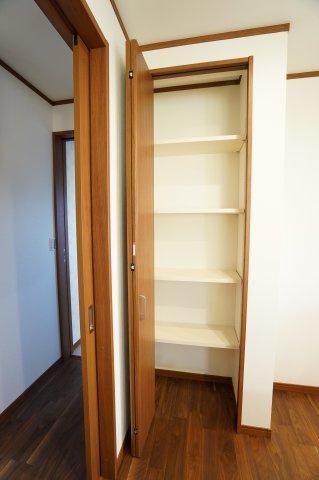 キッチン横のパントリーです。 買い置きした食品や飲料水など収納するのに便利です。