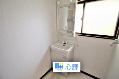 清潔感ある洗面台。収納も多く、コスメ等もスッキリと仕舞えます。