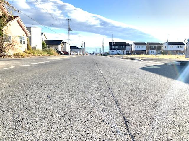 【前面道路含む現地写真】太田市中根町太陽光・蓄電池付き平屋中古戸建