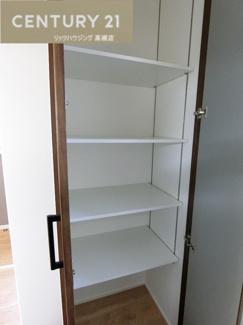 キッチンの後ろ側にはパントリー(食品庫)があります。