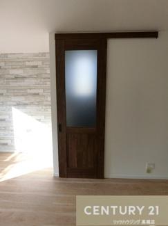 このお洒落な扉の先には3階へと続く階段が。