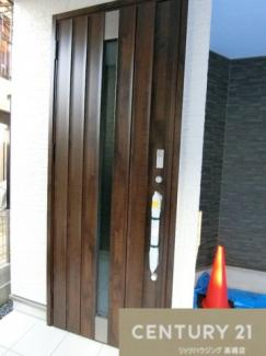 こちらの玄関扉、タッチキーなので リモコンキーをカバンやポケットに入れて ドアのボタンを押せが解除できます。