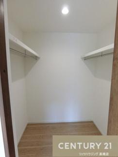 洋室のウォークインクローゼットは これだけたっぷり収納可能です。