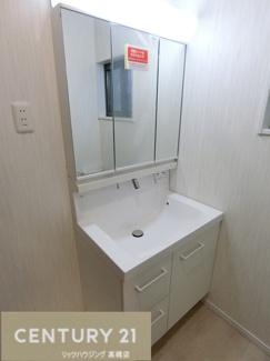シャンプードレッサー付の化粧台は三面鏡の中まですっきり収納可能です。