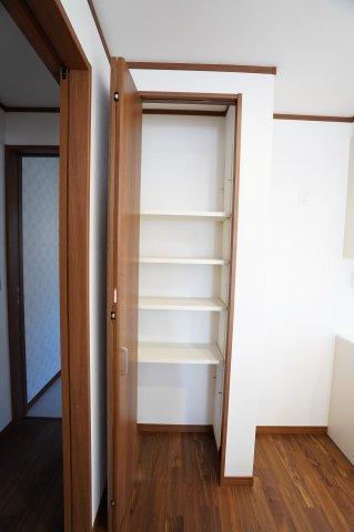 キッチン横パントリーです。細かなものを片付けられる収納って結構必要です!