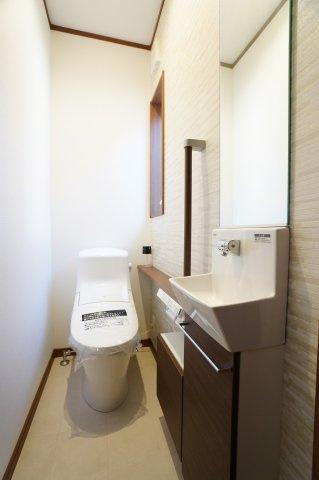 1階トイレ 手洗いカウンター付きです。