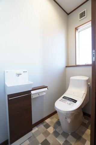 2階トイレ 手洗いカウンター付きです。
