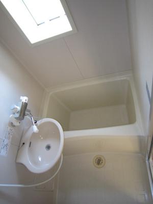 浴室には窓もあり換気ができます。