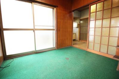 掃き出し窓があり明るいスペースです。