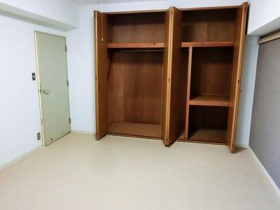 【現地写真】 独立性を高めたお部屋。たっぷりの収納も配備しており、片付いた空間を現実出来そう。大きな収納がございます♪