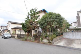 前面道路は広く車の出し入れも簡単です。 現在は家の外観が隠れてしまうほど木が茂ってしまっております。