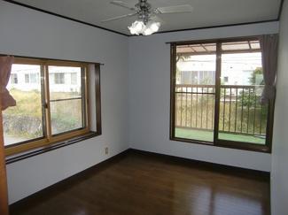 2階 洋室6帖 窓が2面あります。