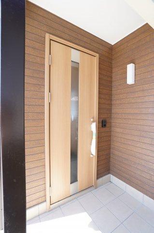 玄関はタイルの張替、ドアの交換、照明交換、インターホンの交換済みです。