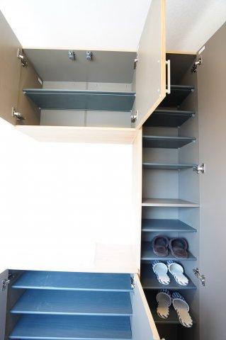シューズBOXです。内部は可動棚になっているので、ブーツなどの高さのある靴も収納できます。