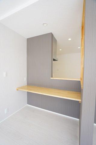 カウンター部分にはアクセントクロスを入れ、どんな家具にも合うお洒落な空間です。