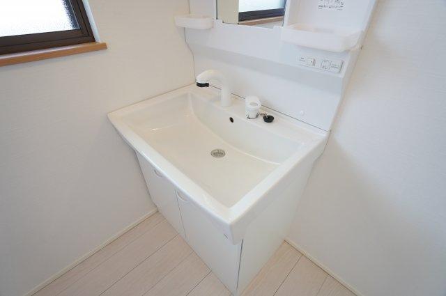 広々した洗面ボウルは衣類の手洗いもしやすいです。