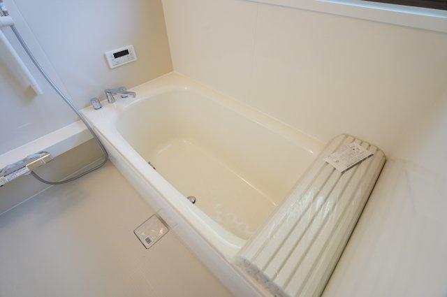 浴槽には滑り止めの凹凸があり、床は濡れた状態でも滑りにくい加工がされている安心設計です。