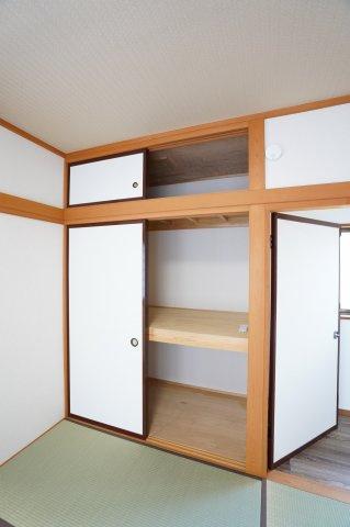 2階6畳 お布団などたっぷり収納できます。