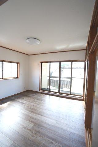 2階8帖 バルコニーがあるお部屋です。大きな窓から明るい光が差し込み明るいお部屋です。