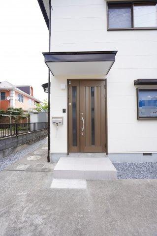 落ち着きのある玄関ドアです。玄関ドアの鍵は交換済で、新生活を安心してお住まいいただけます。
