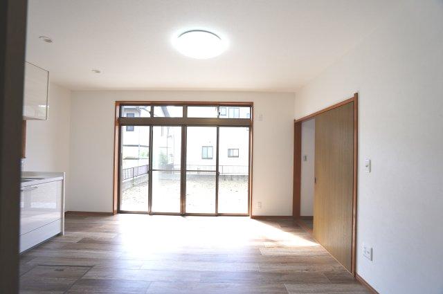 10帖 掃き出し窓からは陽の光が差し込み、お庭を眺めながらゆったりと過ごせます。