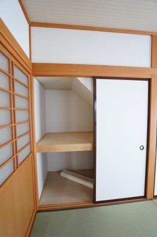 1階和室 座布団、季節物の家電やお子様のおもちゃなど収納できあると便利な押入です。
