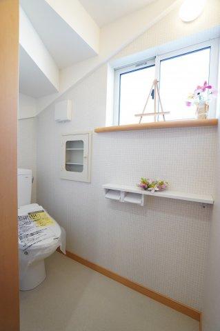 1階 シャワートイレです。窓もありますので明るいです。