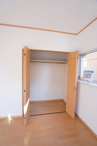 衣類を吊るして収納できるパイプハンガーや収納棚があり、シーズンを気にせず収納できる点など使い勝手の良さがオススメです。
