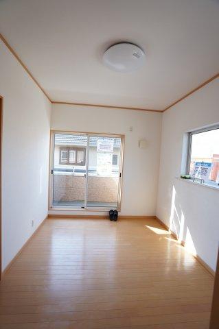 6帖 壁・天井クロス張替、照明器具交換、床ワックス仕上げを行いました。