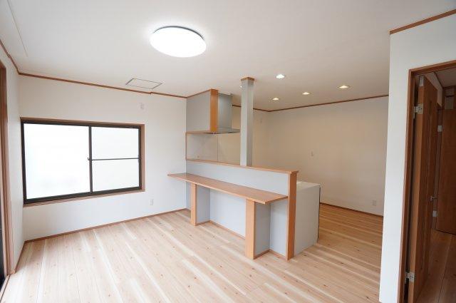 広々リビングにはコミュニケーションを取りながら家事が出来るカウンター付きキッチンです。