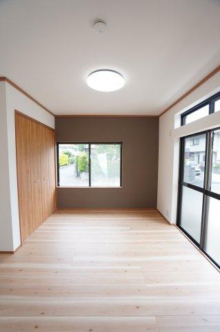 1階洋室 窓から差し込む光であたたかく気持ちよく過ごせそうですね。
