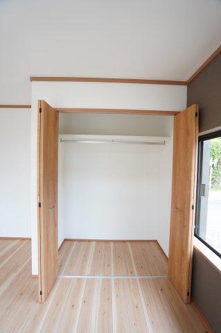 1階洋室 枕棚、ハンガーパイプ付き。洋服の多い方でもたっぷり収納できます。