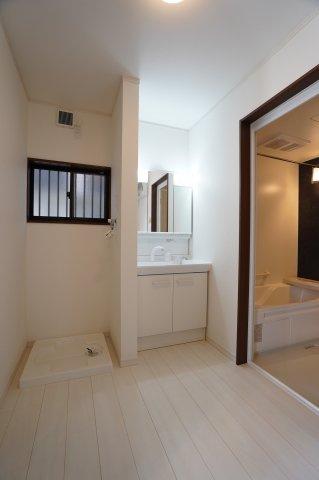 洗面脱衣所 窓があるので換気もできますよ。