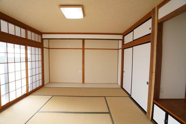 8畳 南側の窓から広縁を通して明るい光が差し込む和室です。
